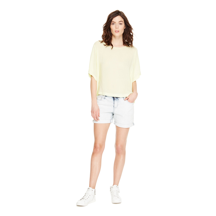 SKY WASH DKNY JEANS LIGHT WASH BOYFRIEND SHORT